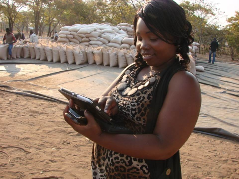 SCP buyer using tablet - Photo by WFP-Zambia