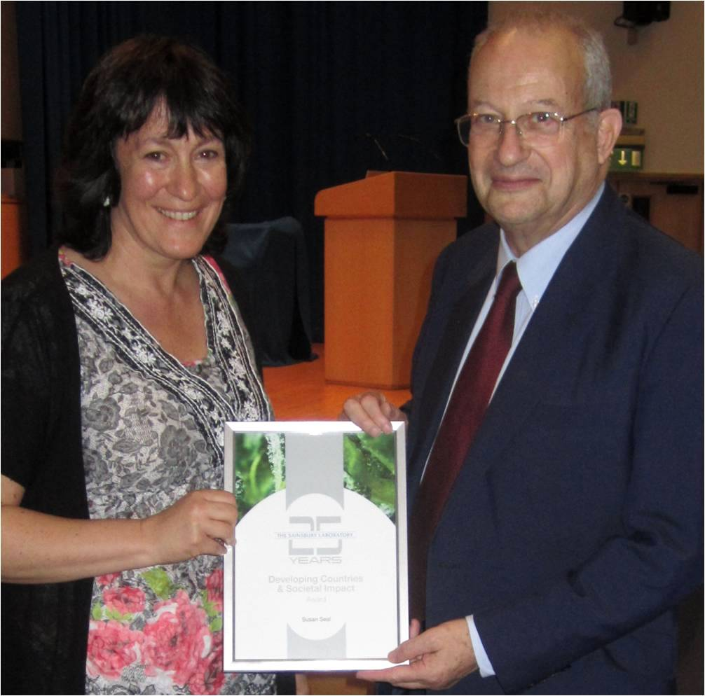 Dr Sue Seal receiving her award from Lord David Sainsbury