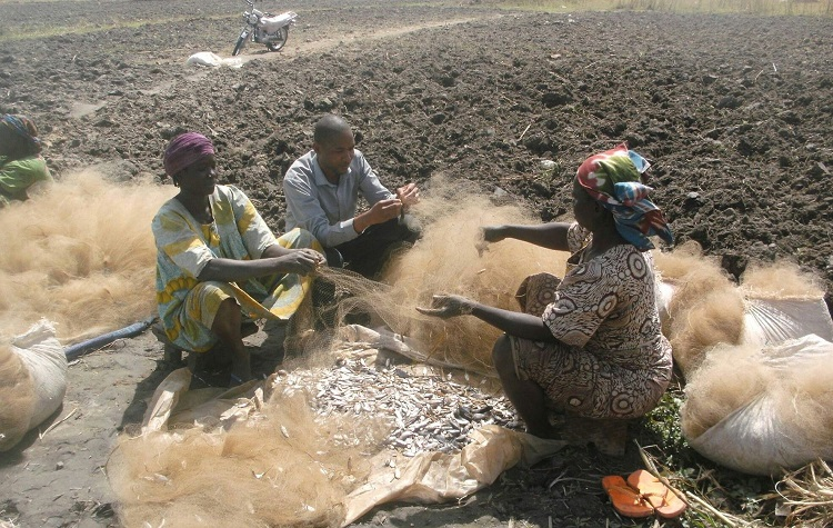 Uches interviewing women fish farmers in the Lake Chad region 750